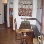 Sale da pranzo arredate con panche in legno massello in umbria